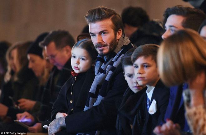 Gia dinh Beckham quay quan xem show cua Victoria hinh anh 3