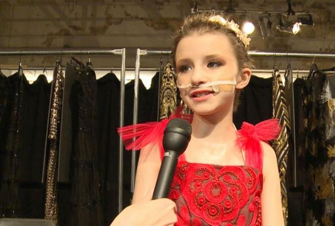 Be gai ung thu sai buoc tren san dien New York Fashion Week hinh anh 6