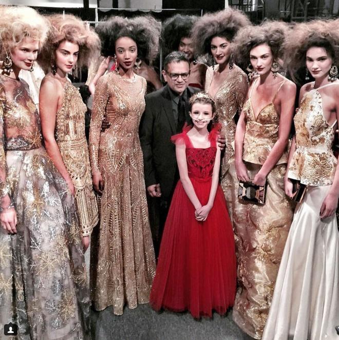 Be gai ung thu sai buoc tren san dien New York Fashion Week hinh anh 5