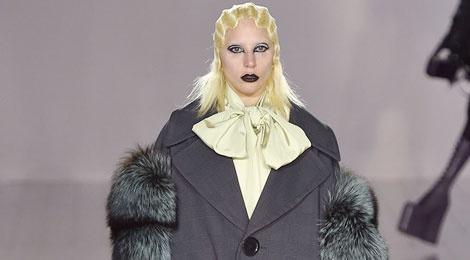 Lady Gaga di giay cao lenh khenh lam mau hinh anh