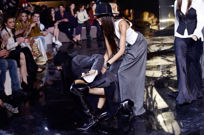 Nguoi mau vo ech o Paris Fashion Week hinh anh 3