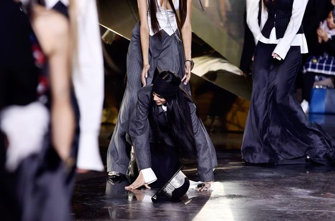Nguoi mau vo ech o Paris Fashion Week hinh anh 2