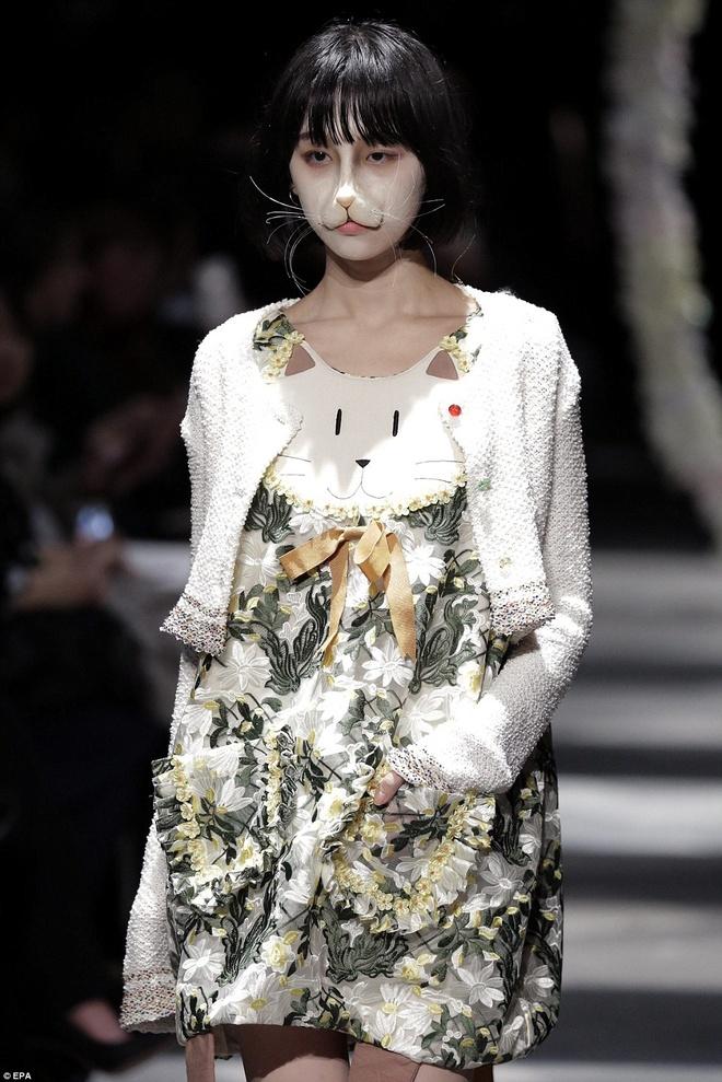 Nhung man hoa trang noi da ga o Tokyo Fashion Week hinh anh 2