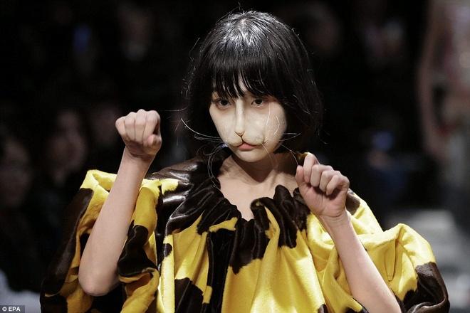Nhung man hoa trang noi da ga o Tokyo Fashion Week hinh anh 5