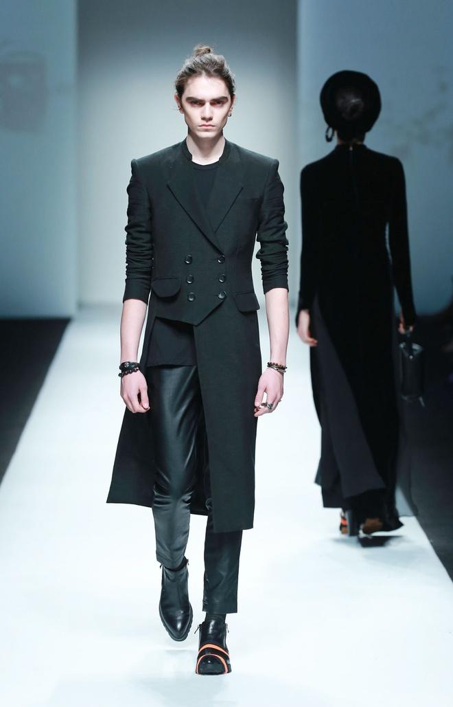 Xuan Lan catwalk o tuan le thoi trang Thuong Hai hinh anh 11