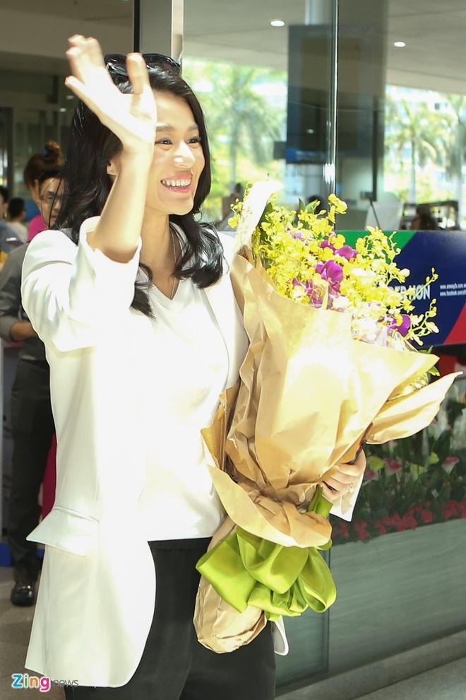 Fan Viet bua vay Ho Hanh Nhi o san bay Tan Son Nhat hinh anh 3
