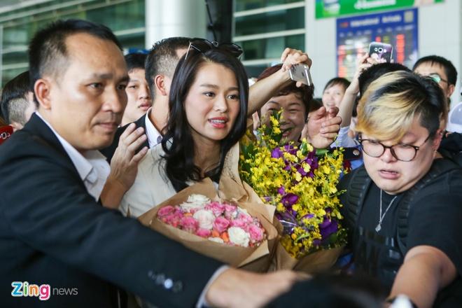 Fan Viet bua vay Ho Hanh Nhi o san bay Tan Son Nhat hinh anh