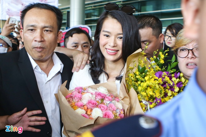 Fan Viet bua vay Ho Hanh Nhi o san bay Tan Son Nhat hinh anh 6