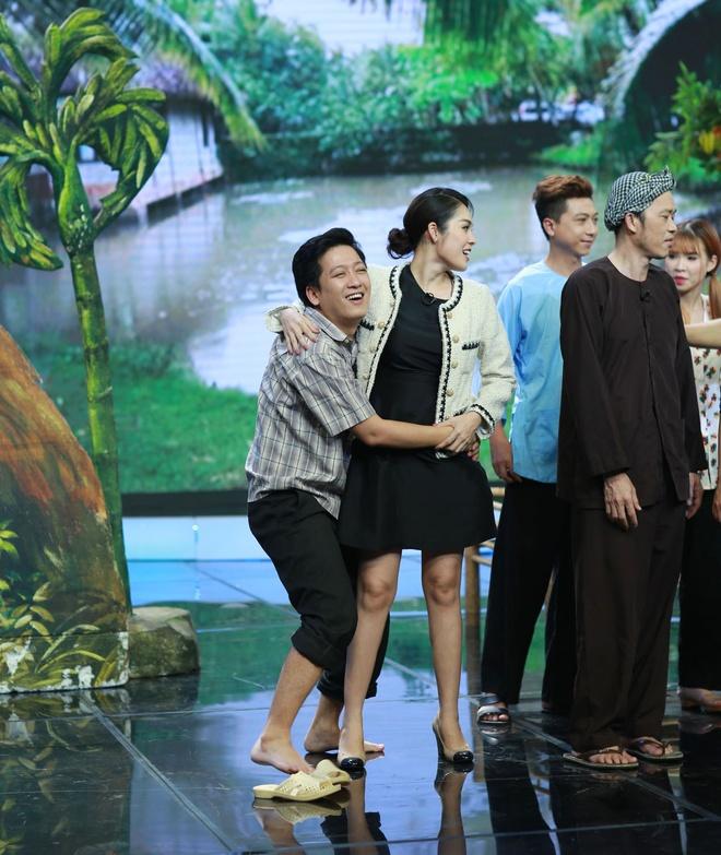 Truong Giang om chat Duong Cam Lynh tren san khau hinh anh 3