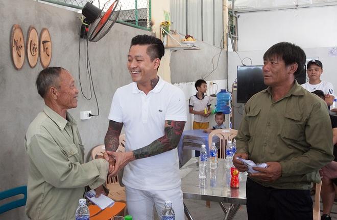 Tuan Hung quyen gop hon 300 trieu dong cho ngu dan Ha Tinh hinh anh 2