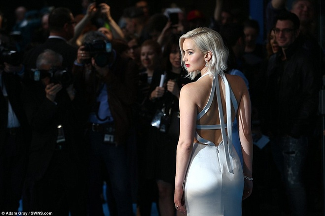 Jennifer Lawrence suyt 'vo ech' khi ra mat phim hinh anh 2