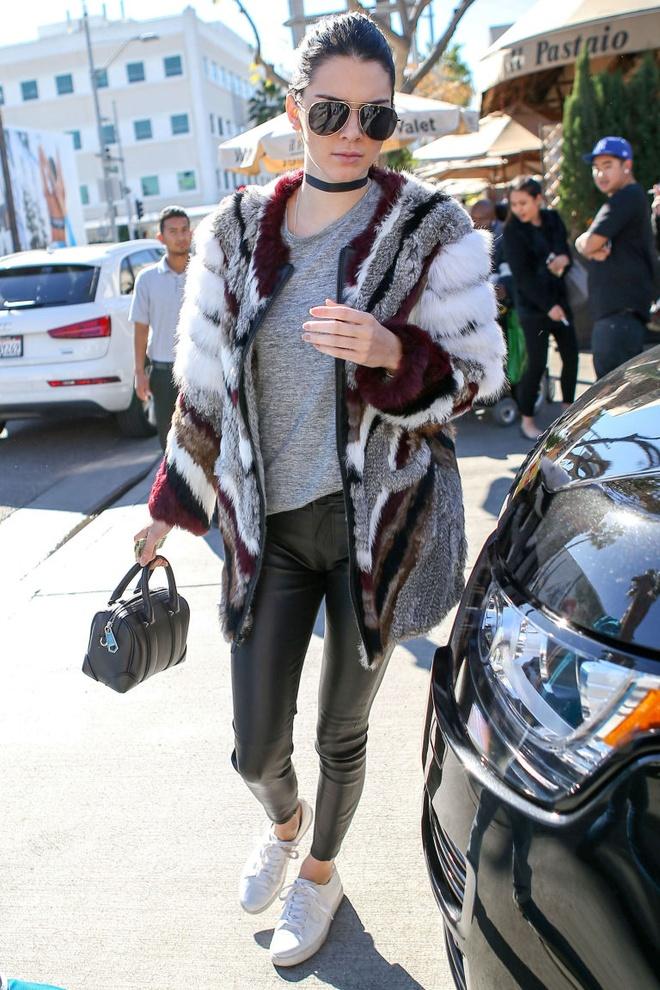 Kendall Jenner me man doi sneaker trang hon 2 trieu dong hinh anh 3