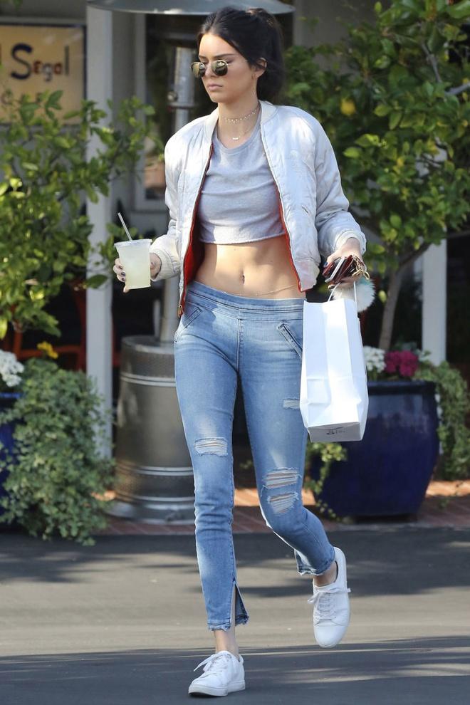 Kendall Jenner me man doi sneaker trang hon 2 trieu dong hinh anh 5