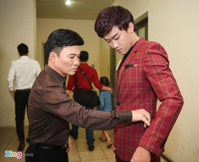 Quang Linh cham chut trang phuc cho hoc tro thi bolero hinh anh 1