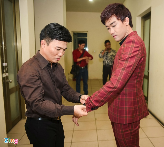 Quang Linh cham chut trang phuc cho hoc tro thi bolero hinh anh 2