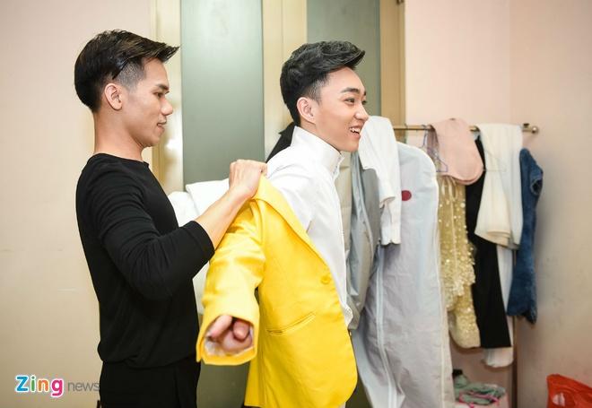 Quang Linh cham chut trang phuc cho hoc tro thi bolero hinh anh 3