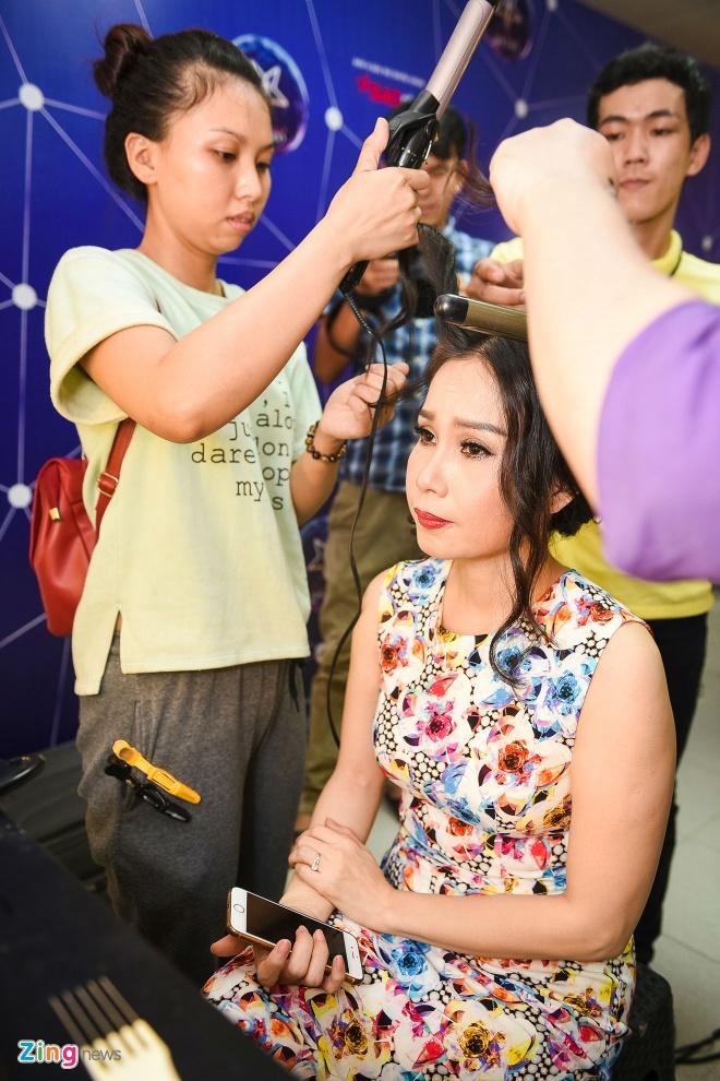 Quang Linh cham chut trang phuc cho hoc tro thi bolero hinh anh 7