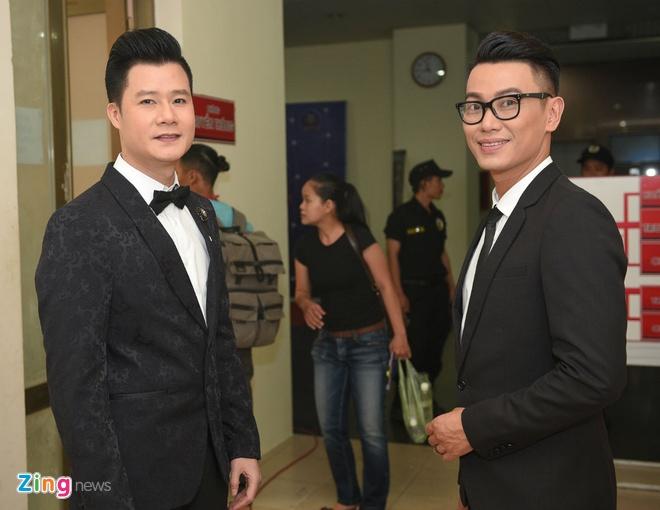 Quang Linh cham chut trang phuc cho hoc tro thi bolero hinh anh 8