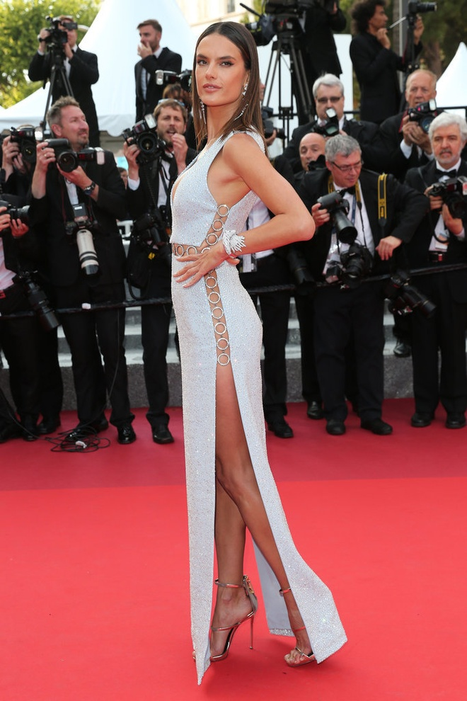 Vay ao tao bao cua dan mau quoc te tai Cannes hinh anh 4