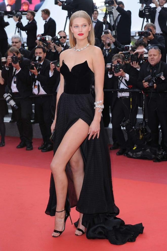 Vay ao tao bao cua dan mau quoc te tai Cannes hinh anh 9