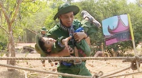 Con trai Pham Anh Khoa khoc khi chui ham o Dia dao Cu Chi hinh anh