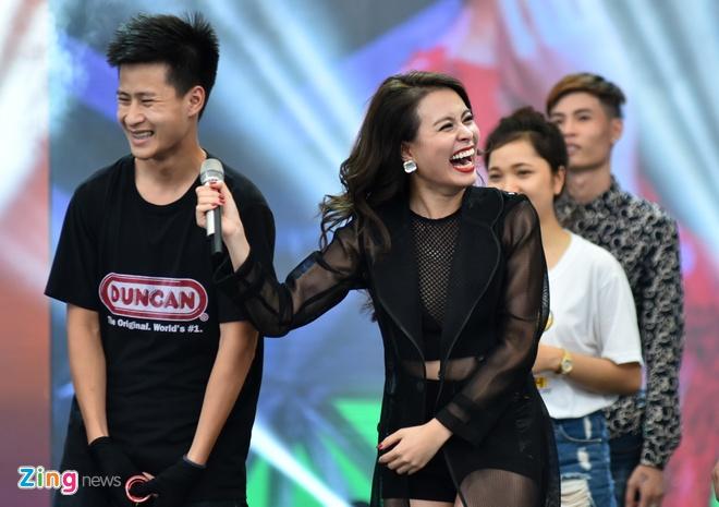 Hoang Thuy Linh phan khich xem fan khoe vu dao hinh anh 9