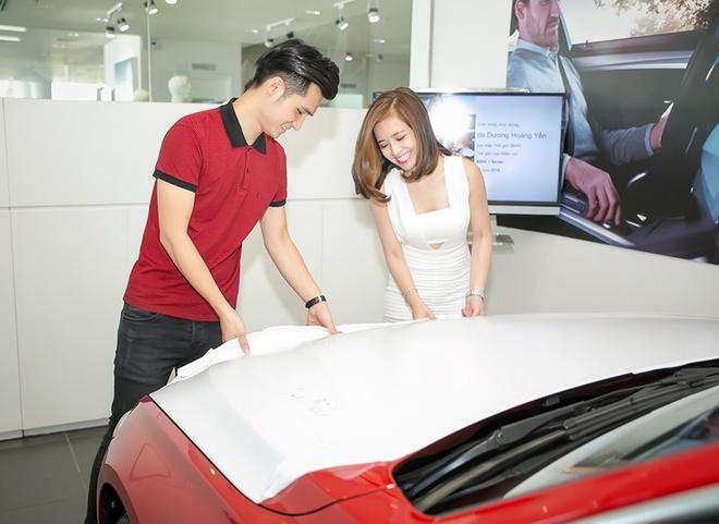Ban trai dua Duong Hoang Yen di tau xe hoi tien ty hinh anh 2