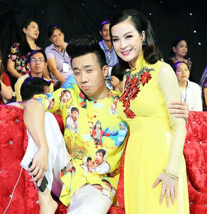 Viet Huong cuoi ha he khi Tran Thanh nga tren san khau hinh anh 6