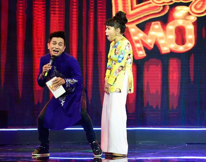 Viet Huong cuoi ha he khi Tran Thanh nga tren san khau hinh anh 4