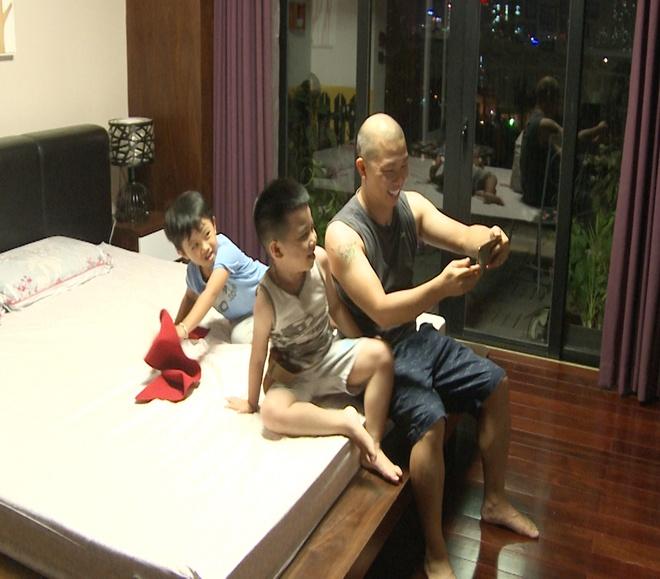 Anh Khoa, Thanh Duoc chat vat o san bay vi khong co tien hinh anh 12