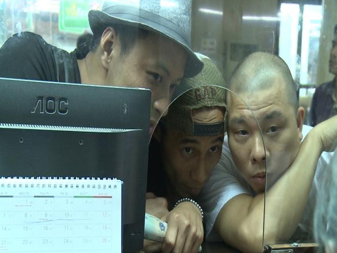 Anh Khoa, Thanh Duoc chat vat o san bay vi khong co tien hinh anh 13