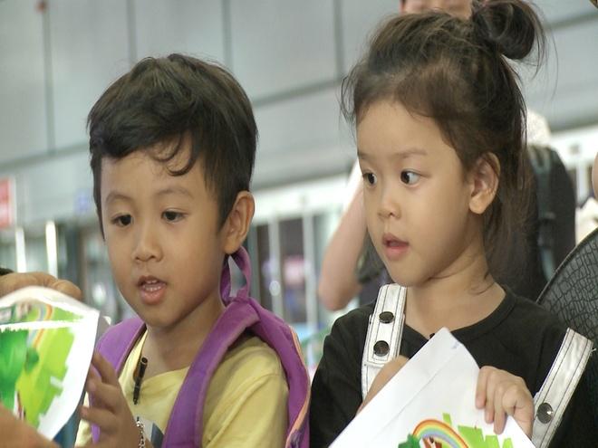 Anh Khoa, Thanh Duoc chat vat o san bay vi khong co tien hinh anh 2