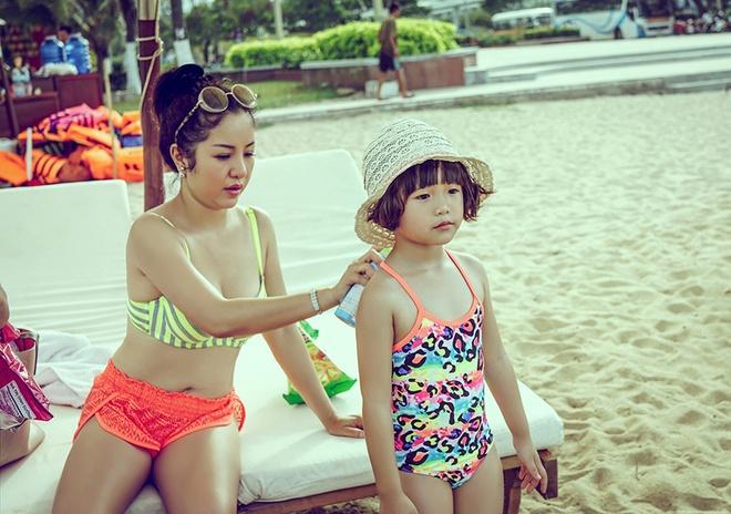 Thuy Nga dua con gai di bien Nha Trang hinh anh 1