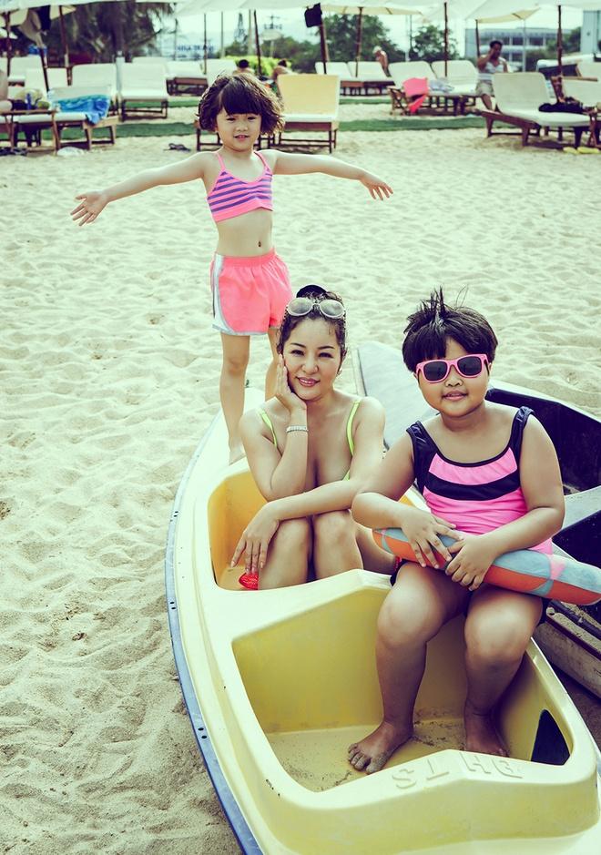 Thuy Nga dua con gai di bien Nha Trang hinh anh 2