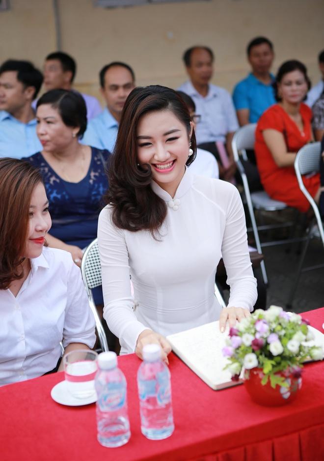 Hoa hau Thu Ngan du khai giang truong cu o Hai Phong hinh anh 3