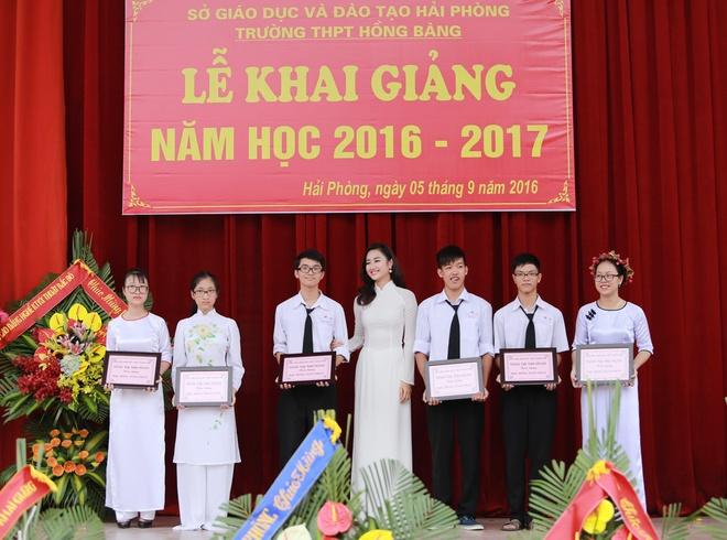 Hoa hau Thu Ngan du khai giang truong cu o Hai Phong hinh anh 5