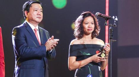 Vo Tran Lap bat khoc khi chong duoc ton vinh o VTV Awards hinh anh