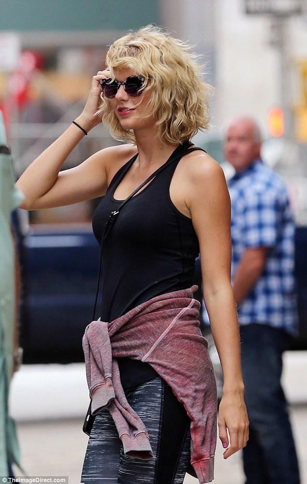 Taylor Swift xuat hien tuoi tan sau chia tay ban trai hinh anh 2