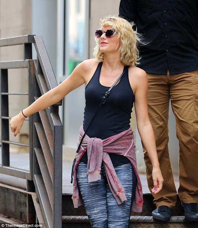 Taylor Swift xuat hien tuoi tan sau chia tay ban trai hinh anh 3