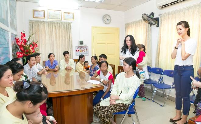Hoa hau Thuy Dung tang qua trung thu cho benh nhan nhi hinh anh 2