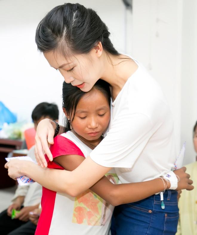 Hoa hau Thuy Dung tang qua trung thu cho benh nhan nhi hinh anh 6