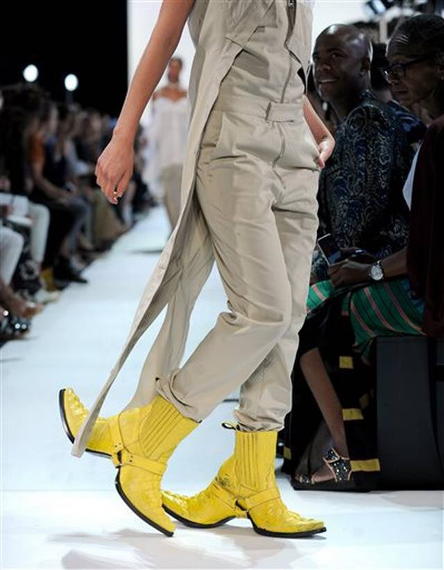 Giay 2 mui - phu kien doc dao nhat New York Fashion Week hinh anh 2