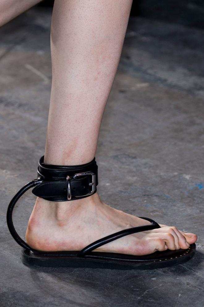 Giay 2 mui - phu kien doc dao nhat New York Fashion Week hinh anh 9