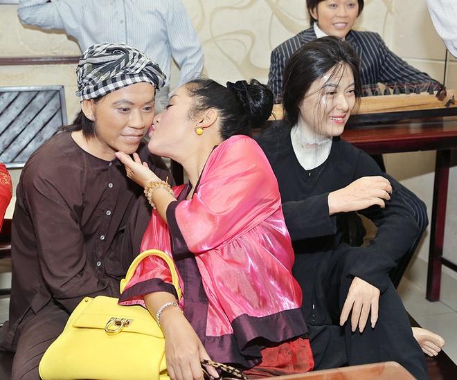 Thuy Nga hon tuong sap cua Hoai Linh hinh anh 2