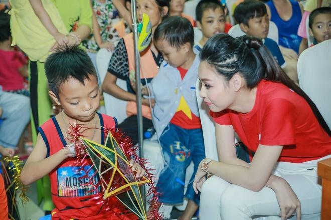 Hoa hau Bien Thuy Trang mac gian di di tu thien hinh anh 3