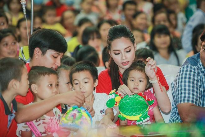 Hoa hau Bien Thuy Trang mac gian di di tu thien hinh anh 4