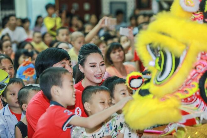 Hoa hau Bien Thuy Trang mac gian di di tu thien hinh anh 5