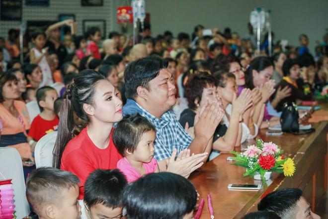 Hoa hau Bien Thuy Trang mac gian di di tu thien hinh anh 6