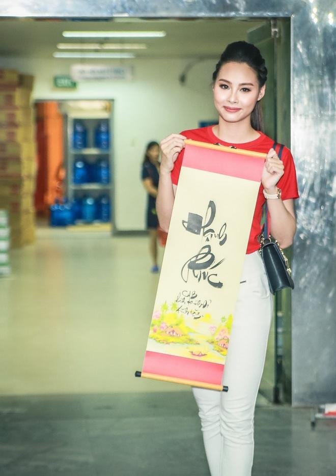 Hoa hau Bien Thuy Trang mac gian di di tu thien hinh anh 7