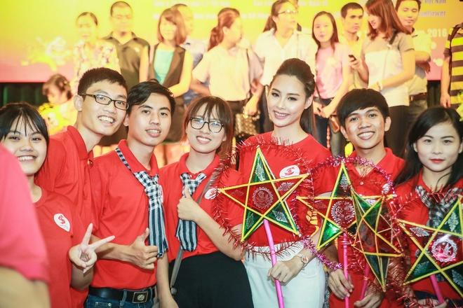 Hoa hau Bien Thuy Trang mac gian di di tu thien hinh anh 8